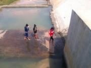 Tin tức - 9 học sinh rủ tắm kênh sâu 4m, 2 em chết đuối thương tâm