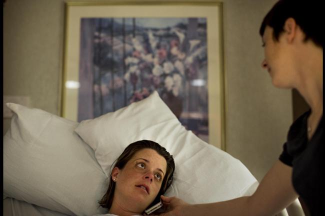 Stephanie đang cầm điện thoại để Desiree nói chuyện với bạn bè trước khi ca sinh nở diễn ra. Vì đây là ca sinh đôi nên mẹ Desiree có vẻ khá hoảng sợ và lo lắng.