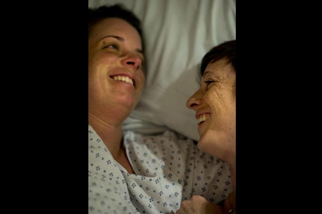 Khoảnh khắc hạnh phúc của cặp đôi đồng tính trước khi đón hai con chào đời.