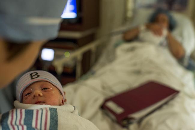 Chỉ chưa đầy 30 phút sau, ca sinh mổ đã hoàn thành và trên tay Stephanie lúc này là một em bé còn một bé nữa mẹ Desiree đang bế.