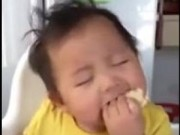 Clip Eva - Vừa ăn vừa ngủ, em bé dễ thương chinh phục cư dân mạng
