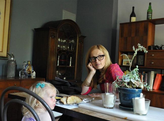 Vì đây là lần mang thai thứ hai nên mẹ Jen khá bình tĩnh với ca sinh nở của mình. Những hình ảnh này được chụp khi cô còn đang làm việc tại công ty riêng của gia đình.
