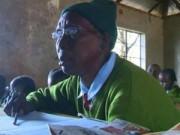 Tin tức - Cụ bà Kenya 90 tuổi đi học cùng với chắt