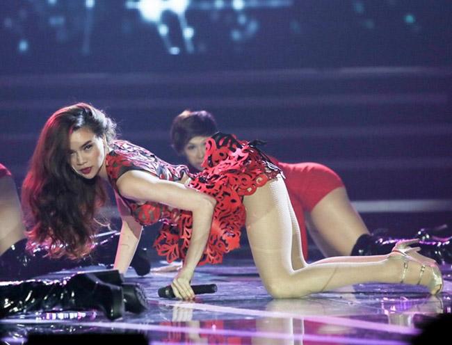Hồ Ngọc Hà trình diễn trên sân khấu với bộ trang phục siêu gợi cảm