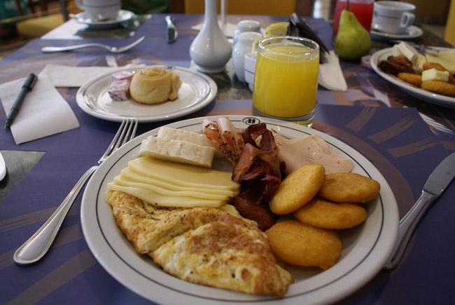 Venuzuela  Vào bữa sáng, người Venuzuela thường dùng một chiếc bánh arepa - loại bánh có phần nhân gồm các nguyên liệu như pho mát, giăm bông, thịt gà, cá... và một chiếc bánh ngô mỏng.  Trong dịp cuối tuần, họ sẽ có một bữa sáng thịnh soạn hơnvới đậu đen, thịt bò băm nhỏ nấu với rau, phô mai trắng, perico (trứng với rau), bơ và một chiếc bánh arepa.