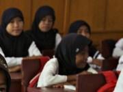Chuyện lạ - Muốn nhận bằng, nữ sinh Indonesia phải kiểm tra trinh tiết?