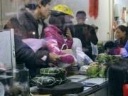 Tin tức - Cuối năm, người dân Thủ đô chen chân mua giò lụa