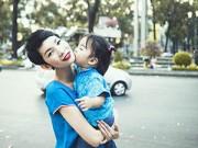 Dạy con - Con gái hôn Xuân Lan giữa phố xuân Sài Gòn