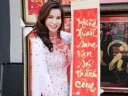 Làng sao - HH Kim Hồng duyên dáng chọn câu đối ngày Tết