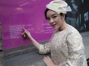 Hậu trường - Lý Nhã Kỳ được vinh danh trong triển lãm thời trang tại Paris