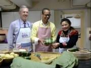 Tin tức - Đại sứ Mỹ gói bánh chưng đón Tết Ất Mùi