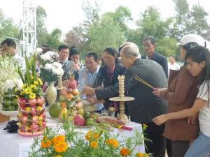 Ngày đầu năm, mộ ông Nguyễn Bá Thanh phủ đầy hoa