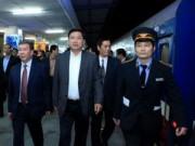 Tin tức - Bộ trưởng Thăng bất ngờ chúc Tết khách đi tàu đêm giao thừa