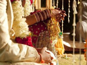 Ấn Độ: Chú rể đột quỵ, cô dâu cưới luôn khách mời