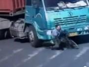 Clip Eva - Video: Thoát chết thần kỳ dưới gầm xe container
