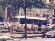"""Tin nóng trong ngày - Xe khách """"làm xiếc"""" trên cầu vượt giữa Thủ đô"""