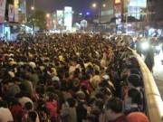 Tin hot - HN: Hàng nghìn người ngồi kín lòng đường dâng sao giải hạn