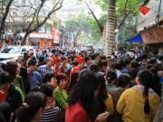 Tin tức - Chen chân xếp hàng mua vàng ngày Vía Thần Tài