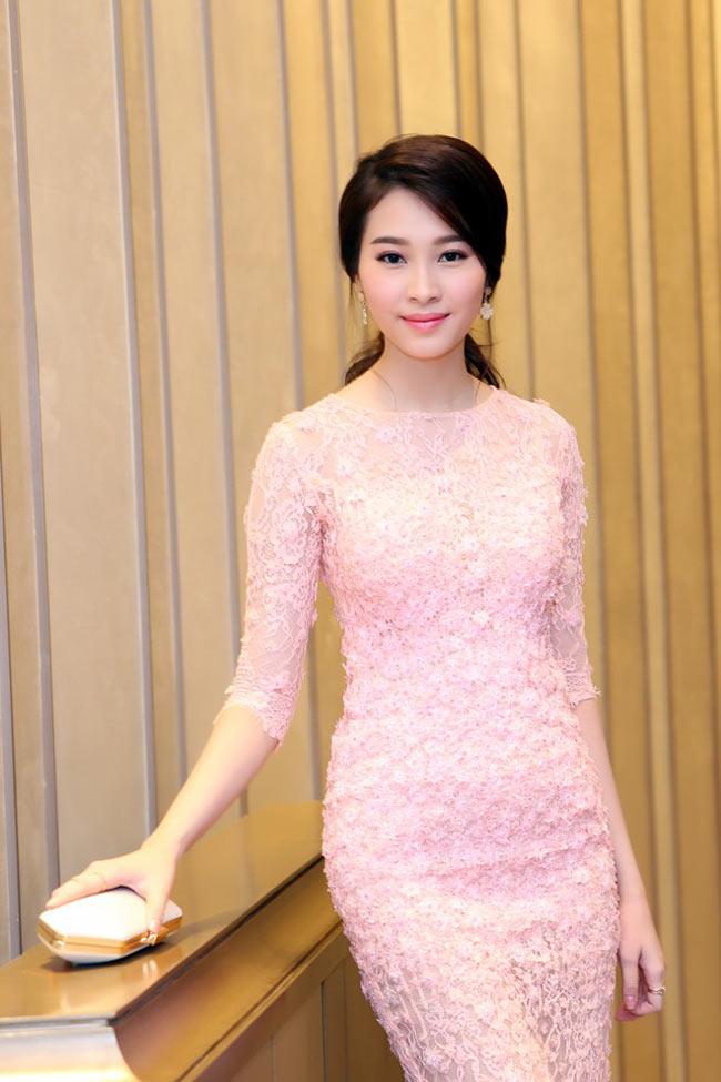 Hoa hậu Thu Thảo mong manh trong chiếc váy hồng pastel ôm sát