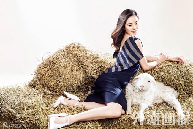 Năm mới, nàng dâu mới Lưu Thi Thi làm duyên bên cạnh chú dê con xinh xắn, dễ thương.