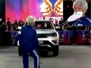 Clip Eva - Cụ bà 81 tuổi dùng răng kéo xe 1,5 tấn