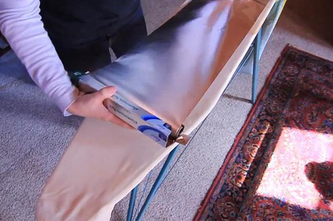 Để một dải giấy bạc trên mặt bàn là rồi mới đặt quần áo lên trên. Giờ đây, bạn có thể đồng thời làm nóng cả mặt trước và mặt sau của quần áo. Nhờ đó, thời gian là quần áo sẽ giảm đi một nửa.