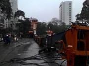 Tin tức - HN: Cần cẩu hàng chục tấn đổ sập xuống phố