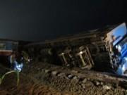 Tin tức - Tàu đâm đứt đôi xe tải, 3 toa tàu văng khỏi đường ray