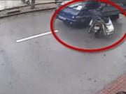 Clip Eva - Cảnh báo: Vướng áo mưa, xe máy tông xe tải