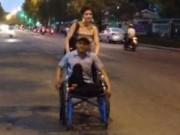 Tin trong nước - Bà Tây đẩy xe lăn giúp cậu bán vé số tật nguyền