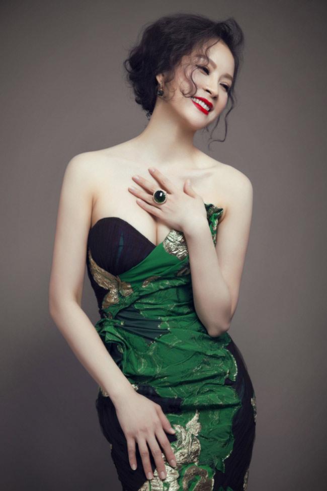 """1. MC Thanh Mai  MC Thanh Mai, 42 tuổi được mệnh danh là """"người đàn bà không tuổi"""" của showbiz Việt. Nét đẹp phơi phới không thay đổi nhiều so với tuổi xuân thì."""