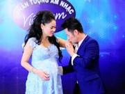 Âm nhạc - Bằng Kiều nhí nhảnh hôn tay bà bầu 7 tháng Thu Minh