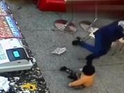 Tin tức - Mẹ đánh con thậm tệ vì làm rơi đồ ăn xuống sàn nhà