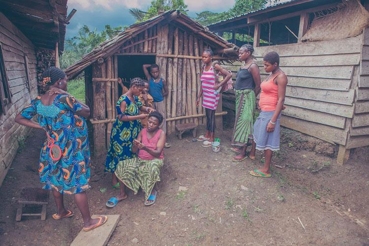 Bộ ảnh 'Girls: Women Too Early' (Tạm dịch: Những cô gái làm mẹ quá sớm) được thực hiện bởi nhiếp ảnh gia Paolo Patruno vào cuối tháng Mười một năm ngoái. Bộ ảnh là một phần của dự án ảnh phi lợi nhuận lớn hơn có tên 'Birth is a Dream', nhằm mục đích nâng cao nhận thức của nhân loại về sức khỏe của bà mẹ và trẻ em ở châu Phi.