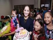 """Người nổi tiếng - Khánh Thi """"giấu"""" bụng bầu trong tiệc sinh nhật bất ngờ"""