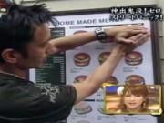 Clip Eva - Bóc bánh hamburger trên... cuốn ca-ta-lô ra để ăn
