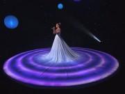 Thời trang Sao - Tròn mắt trước váy đổi màu kỳ diệu của Jennifer Lopez