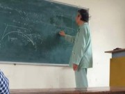 Tin nóng trong ngày - Cảm động thầy giáo Bách Khoa mặc áo bệnh nhân trên bục giảng