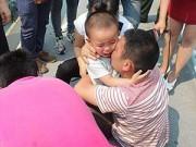 Dạy con - Rơi lệ bé trai 2 tuổi tuyệt vọng xin cha đừng tự tử