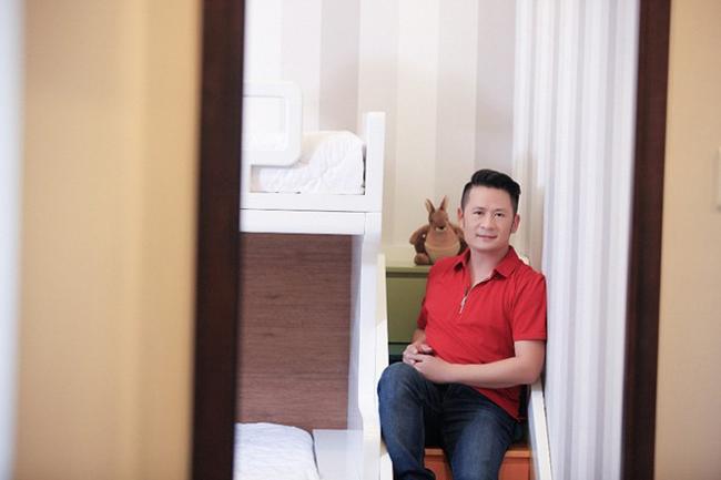 Sau khi li hôn với vợ trước, nam ca sĩBằng Kiều hiệnđang hạnh phúc bên người đẹp Dương Mỹ Linh. Sau mộtthời gian khá dài hai người ở bên nhau, người hâm mộ luôn thấp thỏmmong chờ vào một đám cưới hạnh phúc diễn ra.