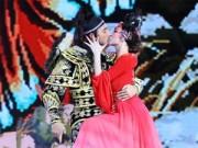 TV Show - Angela Phương Trinh khóa môi bạn nhảy đắm đuối