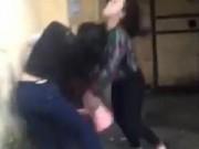Tin trong nước - Phẫn nộ 2 cô gái dồn bạn vào góc tường, đánh tới tấp