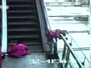 """Làm mẹ - """"Rùng mình"""" clip 3 bé gái chơi ở thang cuốn, 1 bé tử vong"""