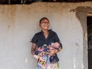 """Bà bầu - Bộ ảnh """"Ngày đầu tiên làm mẹ"""" chân thực đến xót xa ở châu Phi"""
