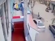 Clip khoảnh khắc 'xe điên'  Camry  đâm 3 người tử vong