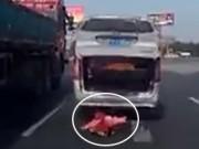 Em bé văng ra khỏi ôtô đang chạy