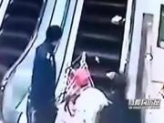 Kinh hoàng xe đẩy rơi xuống thang cuốn, lao vào người