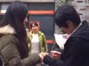 Cặp đồng tính nữ cầu hôn giữa đường hút triệu lượt xem
