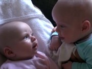 Clip Eva - Hai bé sơ sinh tán gẫu như người lớn