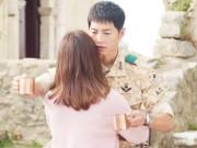 Xem & Đọc - Song Joong Ki đứng bất động khi được Song Hye Kyo ôm ấp